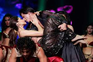 Superstars Shahrukh Khan and Deepika Padukone peforming at an event in New Jersey.
