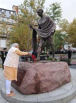 Prime Minister Narendra Modi pays tribute to a statue of Mahatma Gandhi in Washington DC.