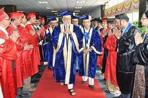 Prime Minister, Narendra Modi arrives at the 42nd AIIMS Convocation, in New Delhi. The Union Minister for Health and Family Welfare, Dr. Harsh Vardhan is also seen.