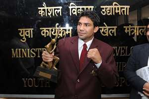 Boxer Manoj Kumar finally receives Arjuna Award from Sports Minister Sarbananda Sonowal after winning a High Court case. The Kapil Dev-led award committee had earlier refused to give the coveted award to the 2010 Commonwealth Games gold medallist. Angry with the government's decision not to give him the award, Manoj had filed a case in the Delhi High Court.