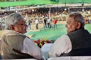 Bihar chief minister Jitan Ram Manjhi with JD(U) senior leader Nitish Kumar at the party's Sankalp rally in Jehanabad.