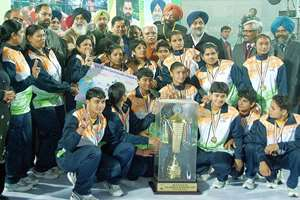 Sports Minister Sarbananda Sonowal, Haryana Chief Minister Manohar Lal Khattar , Punjab Chief Minister Prakash Singh Badal and Deputy Chief Minster Sukhbir Badal with the winning  women team of 5th World Kabbadi Cup 2014 at Bathinda.