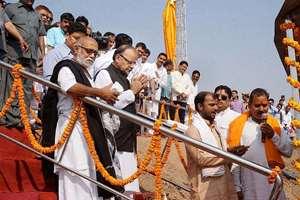 Union Finance Minister Arun Jaitley and Sant Morari Bapu at the launch of Jal Shav Vahini, in Varanasi.