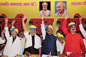Jharkhand Chief Minister Raghubar Das with BJP senior leader Sushil Kumar Modi wave to supporters during Teli Sahu Sammelan in Patna, Bihar.