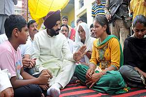 Chairman of the All-India Anti-Terrorist Front Maninderjeet Singh Bitta expressing condolences to the family members of Home Guard Bodh Raj who was killed in an encounter at Dinanagar in Gurdaspur district of Punjab.